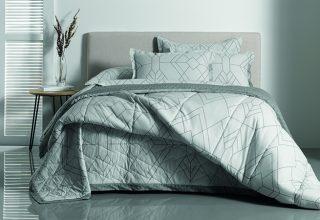 Saiba como montar uma cama com volume e conforto, utilizando almofadas como toque final de decoração