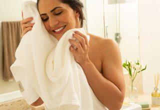 Banheiro renovado: jogos de toalhas que dão aquele toque especial ao ambiente